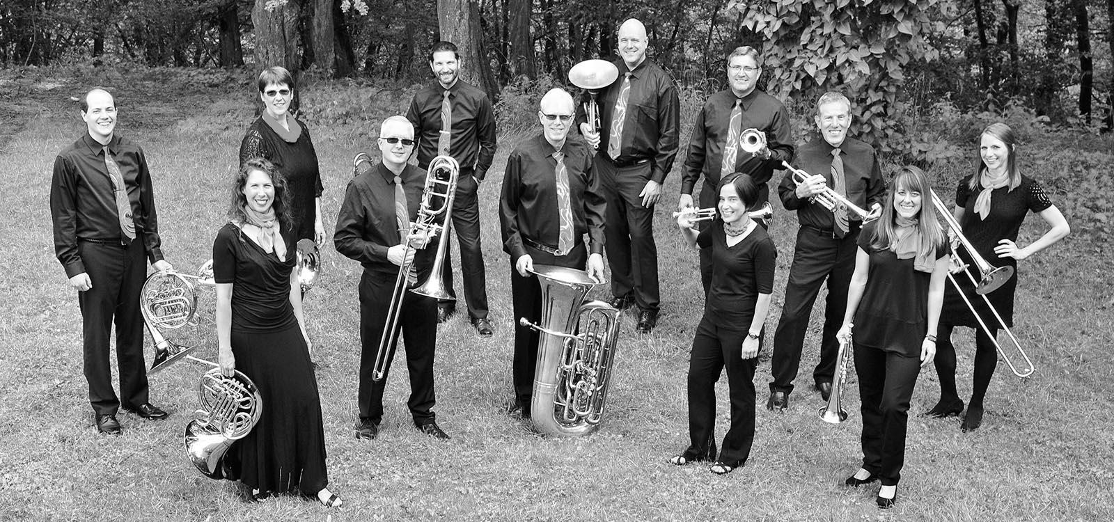 Gruppenfoto der zwölf Mitglieder des eurobrass-Ensemble mit ihren Instrumenten.
